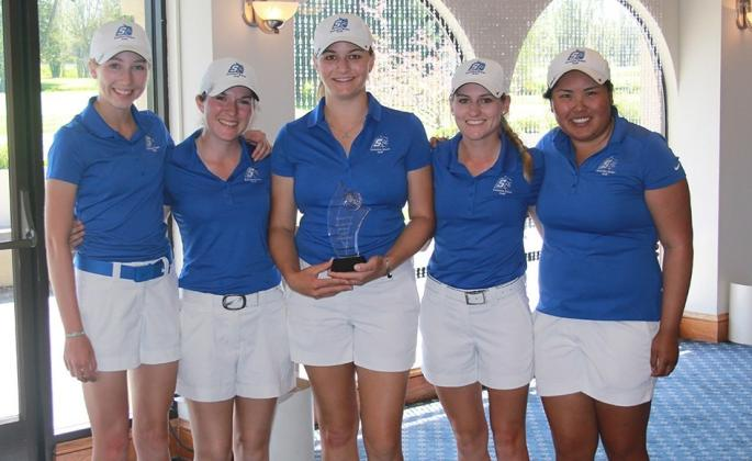 women's golf team holding trophy